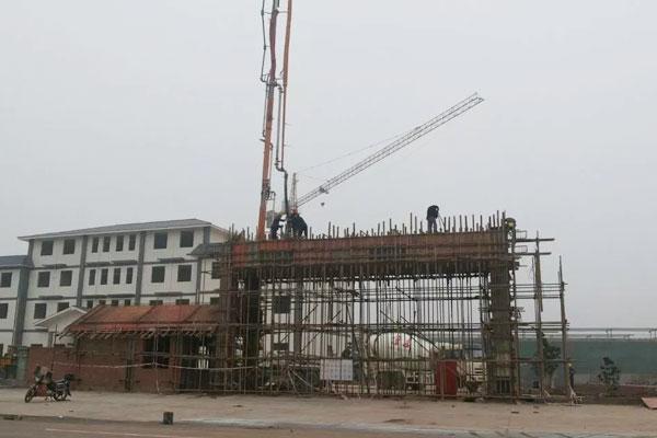 2014年5月厂区大门建设中